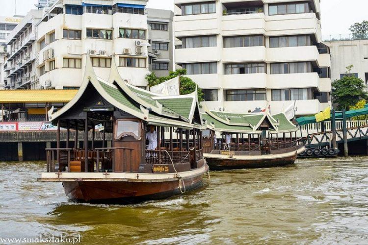 Na zdjęciu łodki innego hotelu, Mandarin Oriental ma łódki z bordowymi daszkami