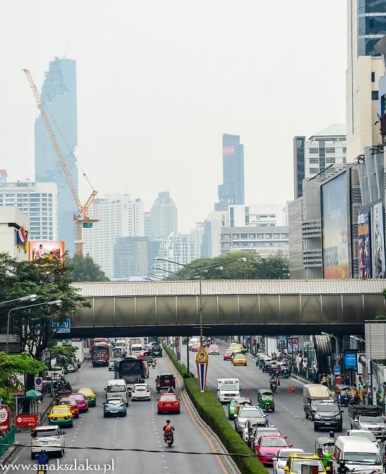 Bangkok, żółto zielone i różowe to taksówki