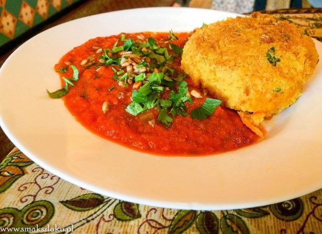 Kotlecik ciecierzycowo-jaglany z sosem pomidorowo-różanym
